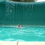 La piscina baja, con cascada