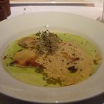 Canelones de conejo en sopa de puerros suave y queso a la placnha