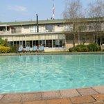 Arrière de l'hôtel avec piscine
