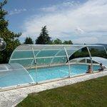 La vaste piscine 10X5, sécurisée par un abri