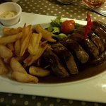 Magret de canard sauce vinaigre de framboise accompagnée de frites