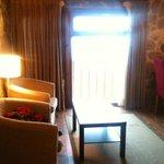 Ventanal, sillones y mesa