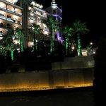 вид отеля в ночное время
