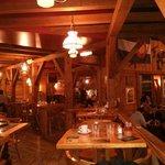 """""""Estrade"""" sur la gauche de la salle du restaurant, avec les tables de 2 (à droite) & tables de 4"""