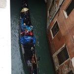 Vista dalla stanza sul canale con passaggio di gondole e gondolieri che cantano. Suggestivo
