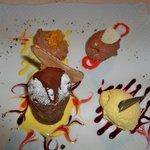 tris di mousse al cioccolato Amedei con tortino di cioccolato e pere