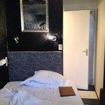 Chambre miniature, sans insonorisation et sale