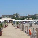 Вид на отель и кусочек пляжа с пирса