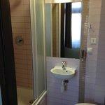 Маленькая и аккуратная ванная комната.