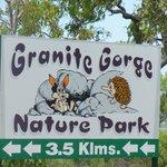 野生のロックワラビー達と触れ合うことが出来ることで有名な『グラニットゴージ』