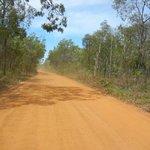 オーストラリア内陸部でしか見ることの出来ない赤茶けた土の舗装されていない一本道が続く…「これぞオーストラリア‼」って感じ