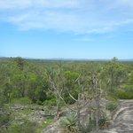 岩場から広がるアウトバックの広大な眺め