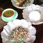 Babi guling pisah and lawar vegetables. ^^