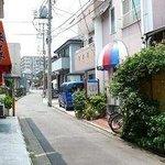 お店前の小道