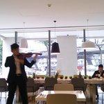 朝食時のバイオリン演奏