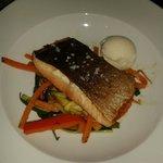 Salmon con verduritas y helado de gengibre