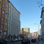 улица ведущая от отеля к трамвайной остановки
