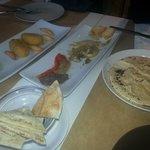 Para picar, humus, escalibada con olivada, croquetas de pera.....