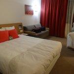 O apartamento duplo solteiro (twin roon) que deveria ter duas camas de solteiro, tem só uma de c