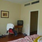 Mesa y televisor habitación Termas Pallarés Hotel el Parque