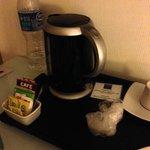 garrafa elétrica no quarto com cafés e chás (ótimo)