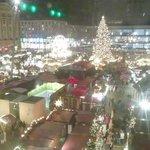 クリスマスマーケットが窓いっぱいに観られます。