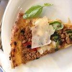 Dettaglio fetta di pizza al ragù!