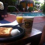Café da manhã servido ao lado da piscina, muito bom!
