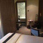 Vue de la chambre côté bureau et salle de bain (Standard room 1 double bed)