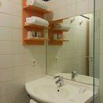 Salle de bains également rénovée