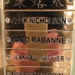 Una delle innumerevoli targhe dorate con nomi degli ospiti famosi