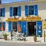 Vue sur la façade côté rue du restaurant situé en plein cœur du petit village d'Angles.