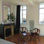 Habitación muy amplia y decorada con gusto