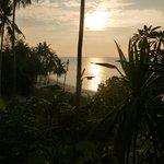La plage au coucher de soleil vue de la terrasse de notre bungalow