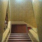 Лифта нет. Таскать чемоданы по этим лестницам придется самим.