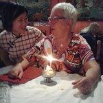 Hier was Agnes 62 jaar en kreeg ze een verjaardags ijsje van de eigenaresse