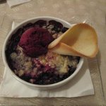 Crumble aux fruits rouges et glace cassis