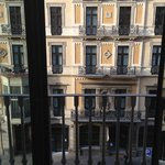 Вид на улицу (по сути напротив на отель)