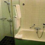 Shower/bath tub
