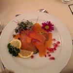 Lamelle di salmone con insalatina di songino e agrumi