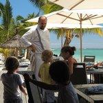 """Chef Bastien et des clients au """"Beach"""""""