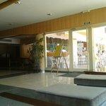 Zona de recepción, puerta a la piscina.