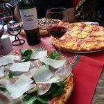 Pizza Patrizia en primer plano y Hawaiana en segundo