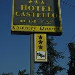 Placa indicando o hotel na estrada que fica bem próxima e leva para diversas cidades próximas