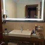 Banheiro amplo e bem iluminado