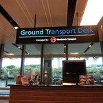 受付カウンター「Ground Transport Desu」