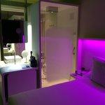 doccia e piano lavabo