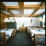 Frühstücks- und Aufenthaltsraum mit gemütlichem Kachelofen