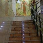 Оформление лестницы в хостеле.