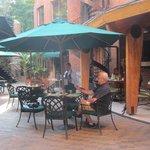 de patio waar het ontbijtbuffet geserveerd wordt